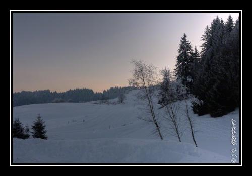 Les pistes enneigées sous un ciel de fin de journée