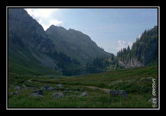 Le lac d\'Arvouin encore dans l\'ombre des montagnes