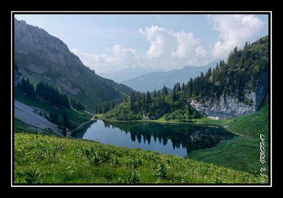 Le soleil illuminant peu à peu le lac d\'Arvouin