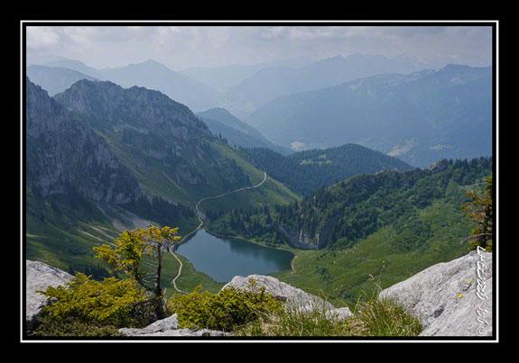 Vue sur le lac d\'Arvouin et la vallée d\'Abondance depuis la pointe d\'Arvouin