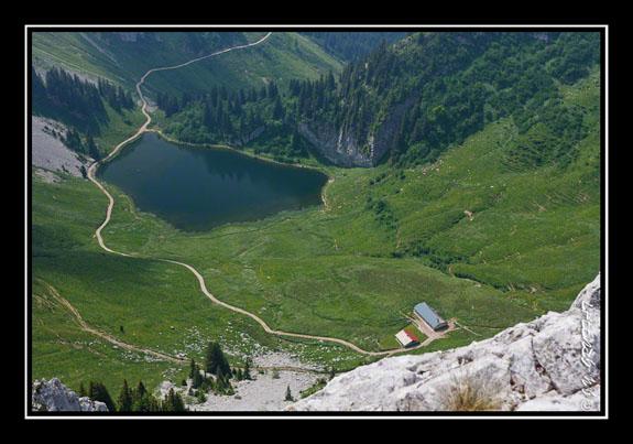 Vue sur le lac et les chalets d\'Arvouin depuis la Pointe d\'Arvouin