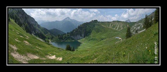 Le lac d\'Arvouin, les chalets d\'Arvouin et le Mont de Grange au loin