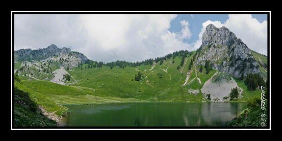 Au bord du lac d\'Arvouin dominé par la Pointe d\'Arvouin et le Linleu