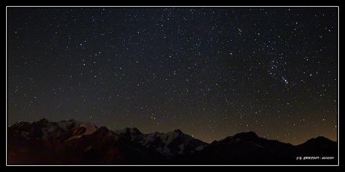 Panoramique étoilé au-dessus du Mont Blanc