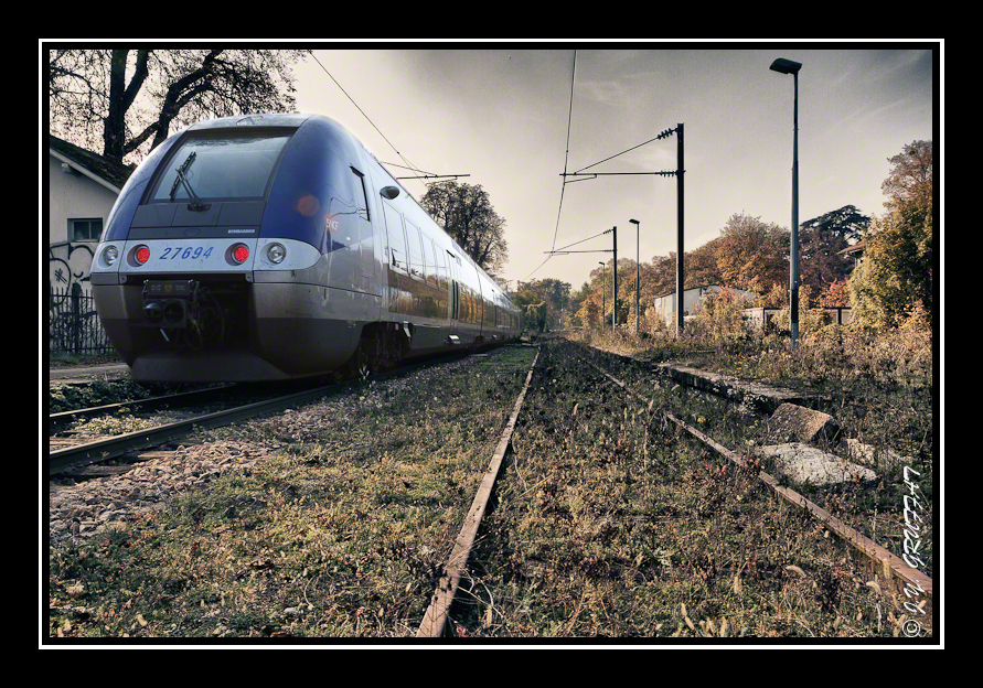 Train moderne et voie désaffectée