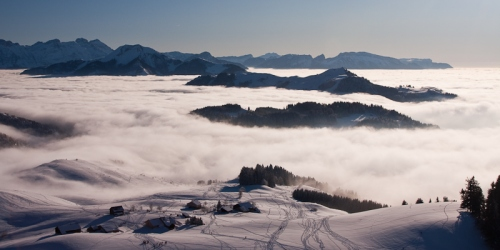 Ajon surplombant une mer de nuages