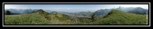 Vue panoramique sur le bassin lémanique, la Dent d'Oche et les