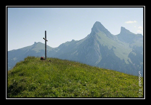 La croix du Mont Baron devant la Dent d'Oche, le Chateau d'Oche et le Pic Boré