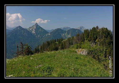 Le Mont Ouzon (à gauche) et le Mont Billiat (à droite au loin)