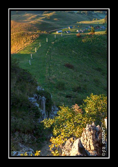 Pointe de Miribel : le calvaire et Ajon en arrière plan