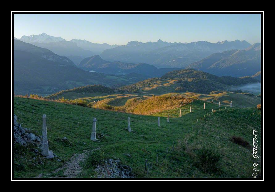 Le calvaire de la Pointe de Miribel avec le Mont-Blanc et les Alpes en arrière-plan
