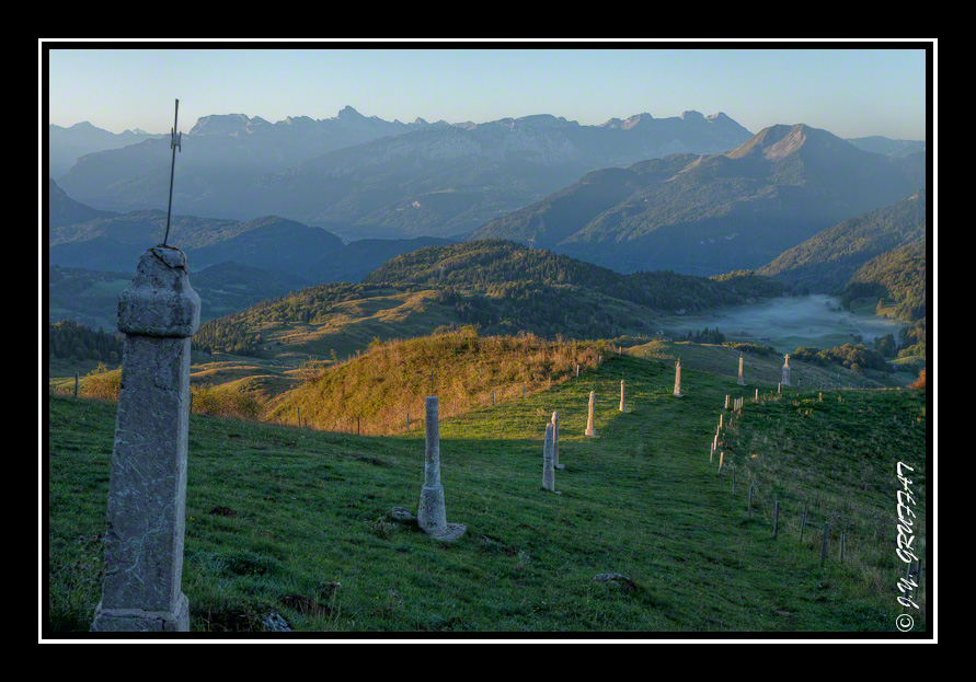 Le calvaire de la Pointe de Miribel avec le Môle et les Alpes en arrière-plan