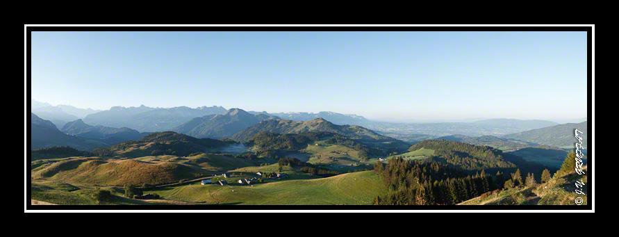 Vue sur Ajon, Plaine Joux et les Alpes depuis le calvaire de la Pointe de Miribel